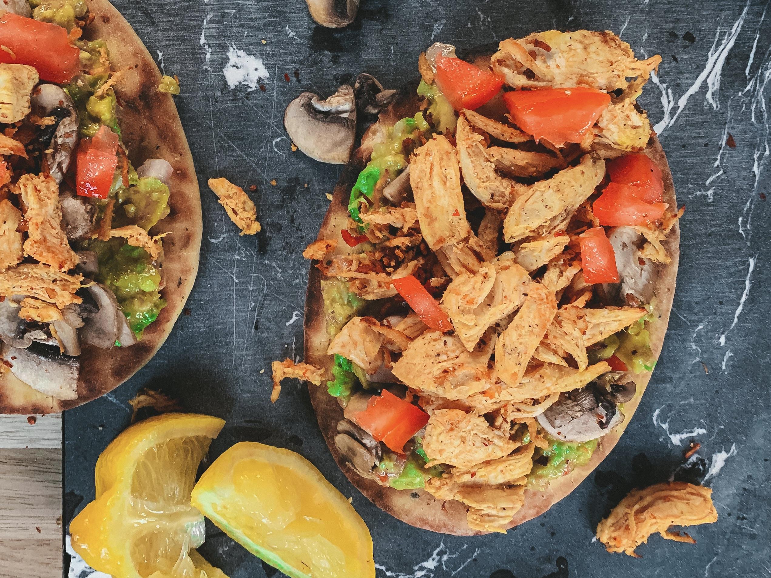 Naanbrood met pulled chicken en guacamole