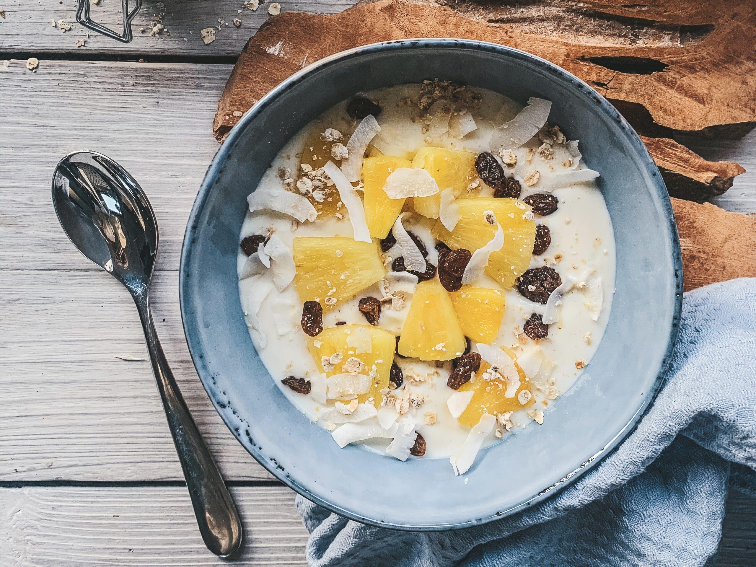 Tropische yoghurt bowl met warme ananas