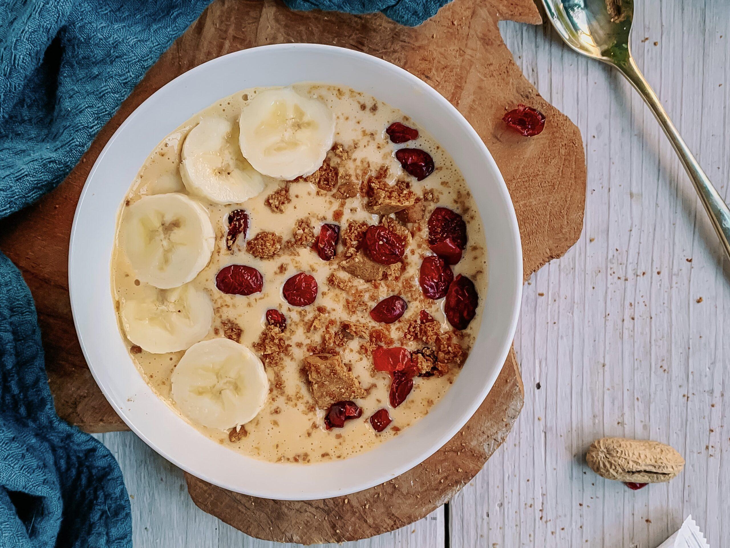Smoothie bowl met banaan, pindakaas en pompoen