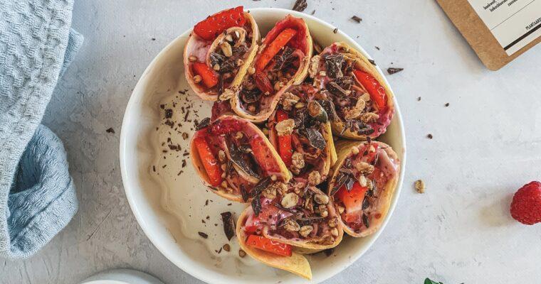 Ontbijt sushi met rood fruit en granola
