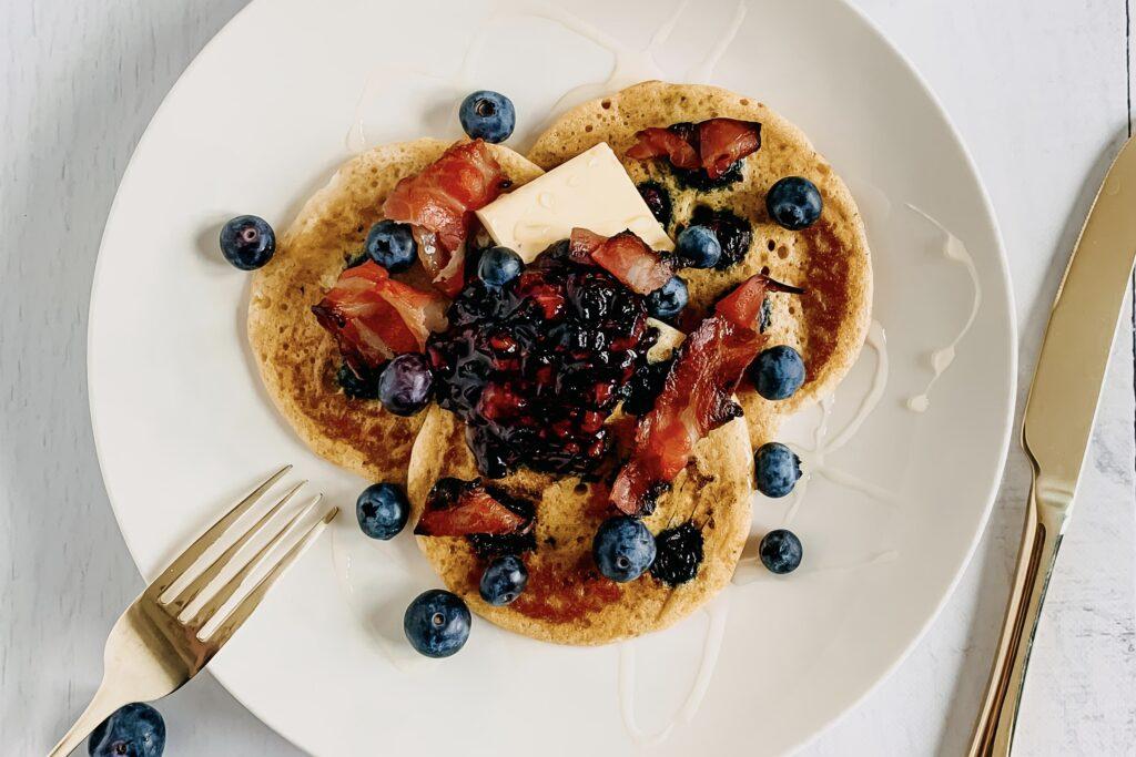Blauwe bessen pannenkoeken met krokant ontbijtspek