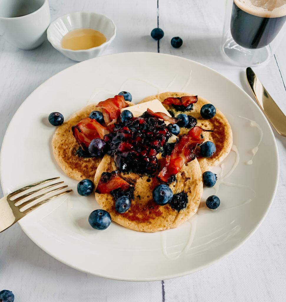 Blueberry pannenkoeken met knapperig ontbijtspek