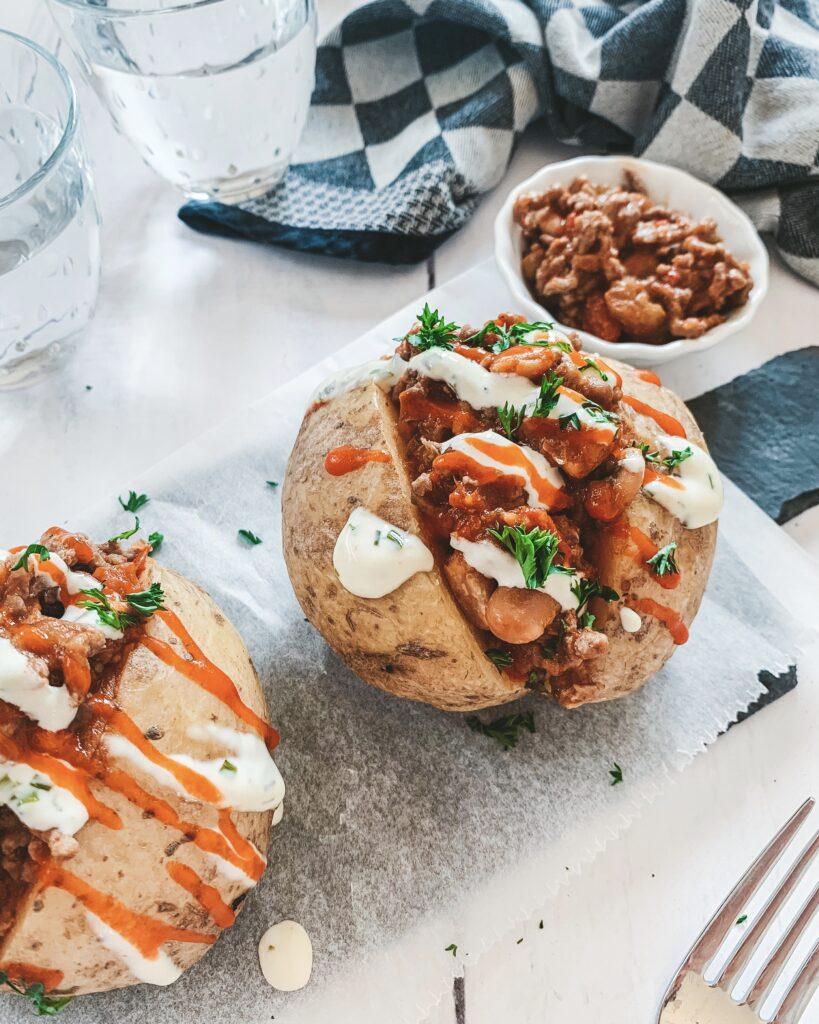 Pittig gepofte aardappel met veel groentes